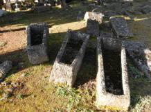 Des légendes racontent que furent enterrés là les soldats Francs tués lors de la bataille de Vouillé qui opposa en 507 Clovis aux Wisigoths...