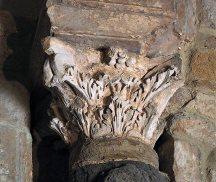 Baptistère de Venasque Chapiteau soutenant l'arc triomphal de l'abside nord.