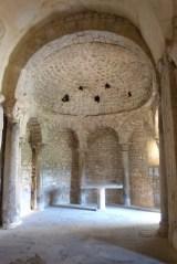 Voûte en cul-de-four de l'abside nord avec des trous correspondant à des vases acoustiques et l'autel