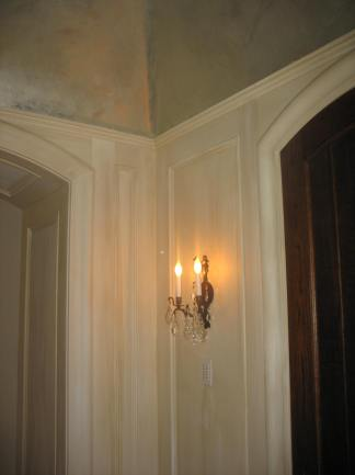 strie walls in bedroom entrance with silver gilt ceiling