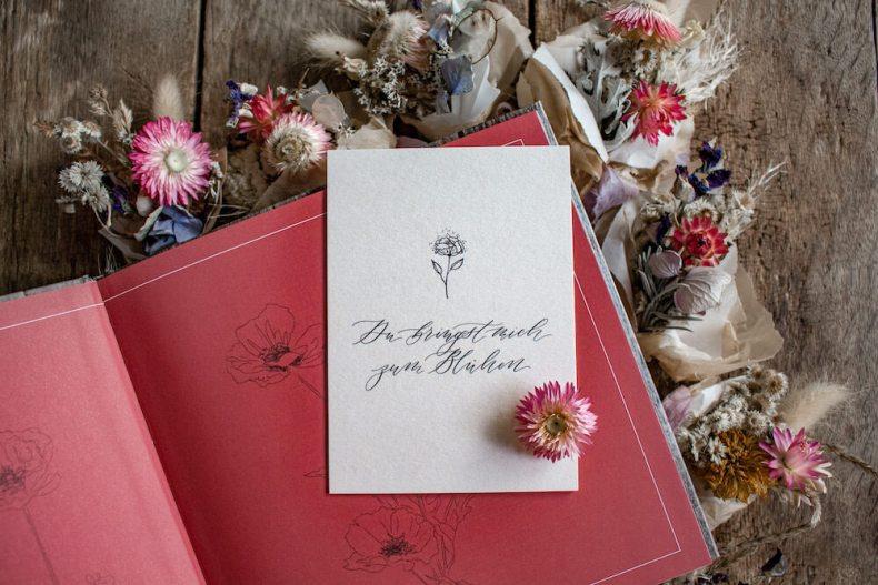 Blühende Worte Poesiebuch Muttertag Kalligrafie Kalligraphie Jeannette Mokosch Trockenblumen Fine Art Blumen getrocknete Blüten Ermutigung Glaube