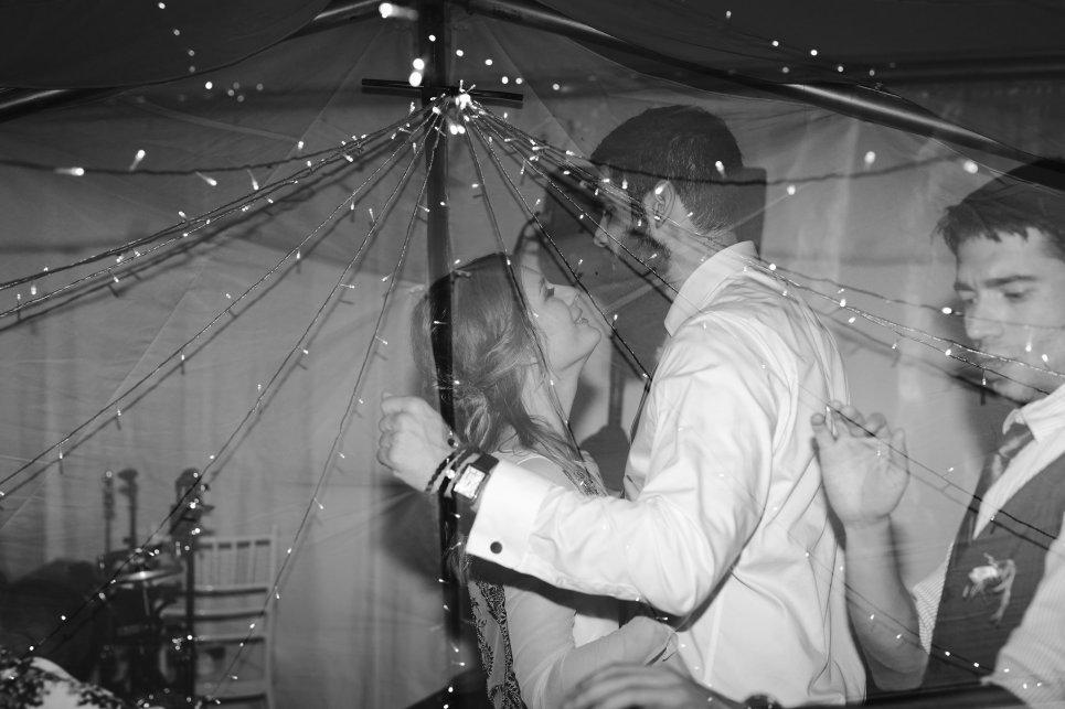Jedanfrajeribidermajer_bride___groom_hug
