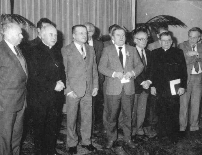 Znalezione obrazy dla zapytania Wałęsa do milicjantów: Porządni esbecy i gówniarze z opozycji