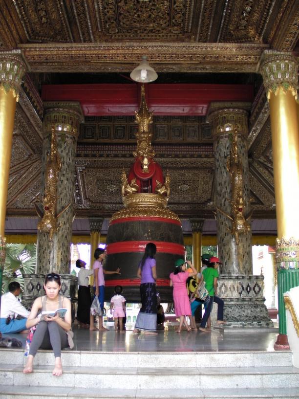 Jeden z licznych dzwonów Shwedagon