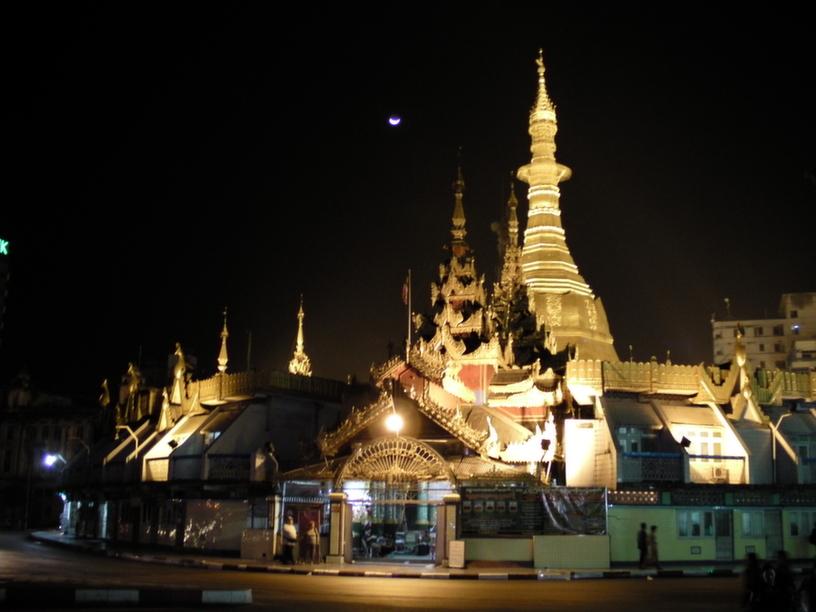 Sule Paya w nocnym wydaniu