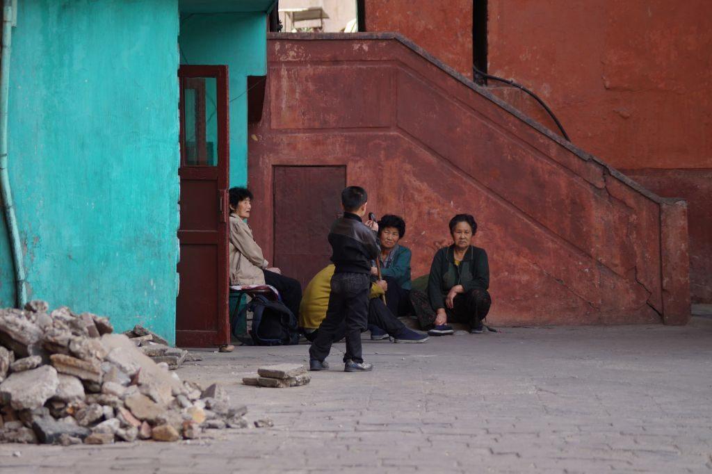 Pjongjang - ludzie na osiedlu