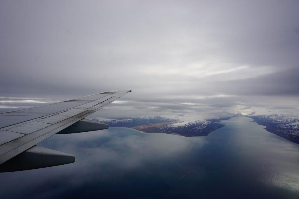 Lot nad Svalbardem