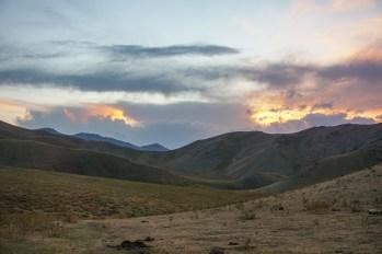 Kirgiski krajobraz tuż po zachodzie słońca