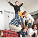 In der ganzen Schule war etwas los. Hier bildeten Schüler eine Pyramide im Treppenhaus.