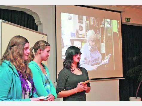 """Die Salzwedeler Buchhändlerin Helga Weyhe war Interviewpartnerin für Neve Neva, Pia Dübler und Svea Kuba. Die Schülerinen hatten für ihr Projekt das Thema """"Die Juden in Deutschland"""" gewählt."""