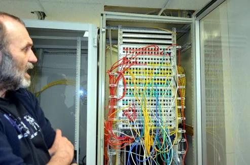 JiS-Geschäftsführer Berthold Schulze schaut auf den Zentralcomputer der Jeetzeschule.