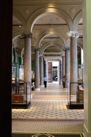 Looking toward Nefertiti. Neues Museum.