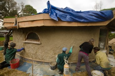 Straw bale round wood roundhouse , clay and lime http://jeffreythenaturalbuilder.com
