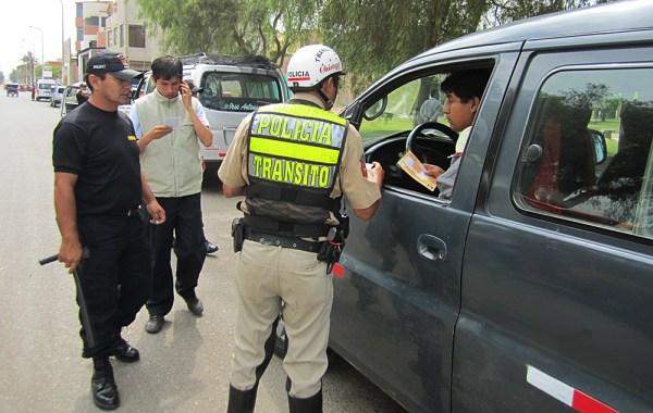 policia-papeleta-conductor