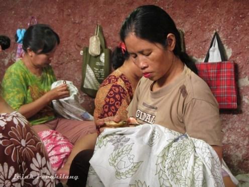 pengrajin batik tulis di Pesindon Pekalongan