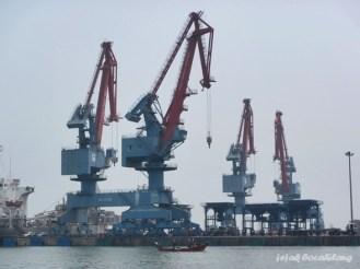 Gantry Luffing Crane, alat angkut peti kemas di pelabuhan yang bergerak dengan bantuan rel
