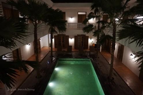 swimming pool di malam hari