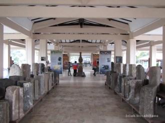 jajaran koleksi arca dan relief di Museum Trowulan