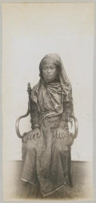 Potret Istri Panglima Polim Sigli tahun 1903. Foto ini diperkirakan berasal dari Mayor K. van der Maaten. Sumber: KITLV Digital Media Library (http://media-kitlv.nl/all-media/indeling/detail/form/advanced/start/4?q_searchfield=polim)