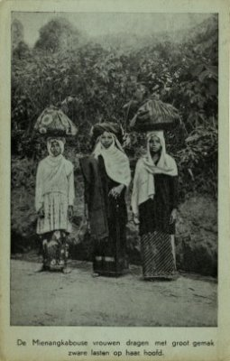 Perempuan Minangkabau. Foto antara tahun 1908-1940. Sumber Foto: KITLV Digital Image Library (http://media-kitlv.nl/all-media/indeling/detail/form/advanced?q_searchfield=1405455)