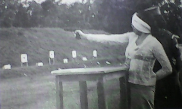 """Sukarelawati Muslimaat NU """"Angkatan Dwikora"""" berlatih menembak di tahun 1964. Sumber foto:  Tim Penyusun, Sejarah Muslimat Nahdlatul Ulama,PP Muslimat NU Jakarta:Jakarta, 1979"""