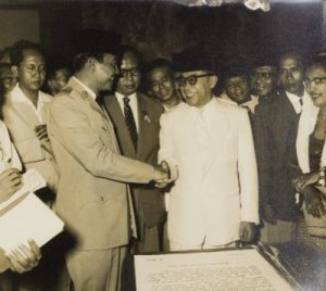 Sukarno dan Hatta di tahun 1957. Sumber foto: KITLV Digital Media Library (http://media-kitlv.nl/all-media/indeling/detail/form/advanced/start/82?q_searchfield=soekarno)