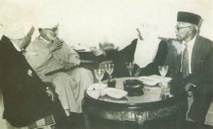 Bersama Habib Ali Kwitang dan Ulama Maroko. Sumber foto: Penyunting Tuty Alawiyah. 1999. K.H. Abdullah Syafi'ie Tokoh Kharismatik 1910-1985. Jakarta: Yayasan Alawiyah