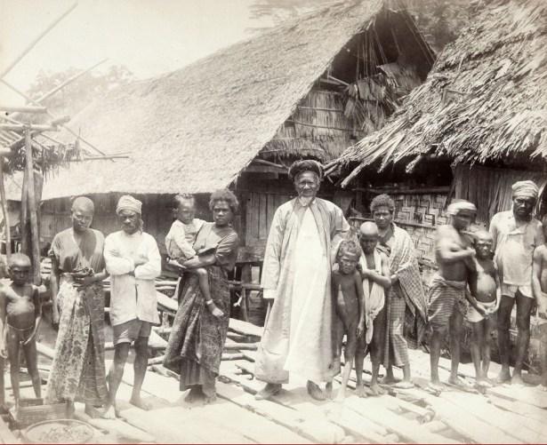 Haji Oea Saraka di Onin (Fakfak). Foto  diambil antara tahun 1890-1900. Sumber foto: Koleksi Foto Tropen Museum Belanda. (http://collectie.tropenmuseum.nl/default.aspx?ccid=208239)