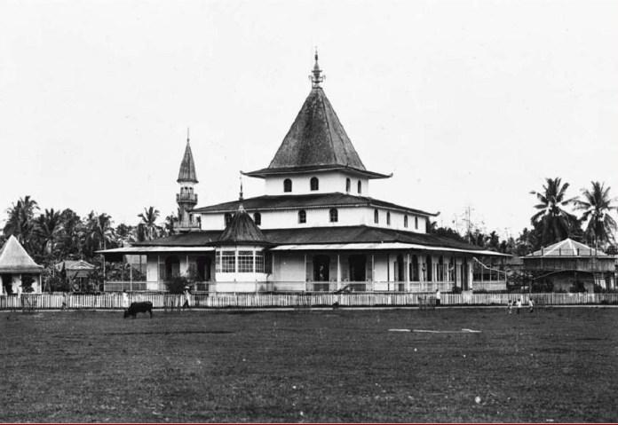 Sebuah Masjid di Martapura antara tahun 1910-1940. Sumber foto: Koleksi Tropenmuseum. (http://collectie.tropenmuseum.nl/Default.aspx)