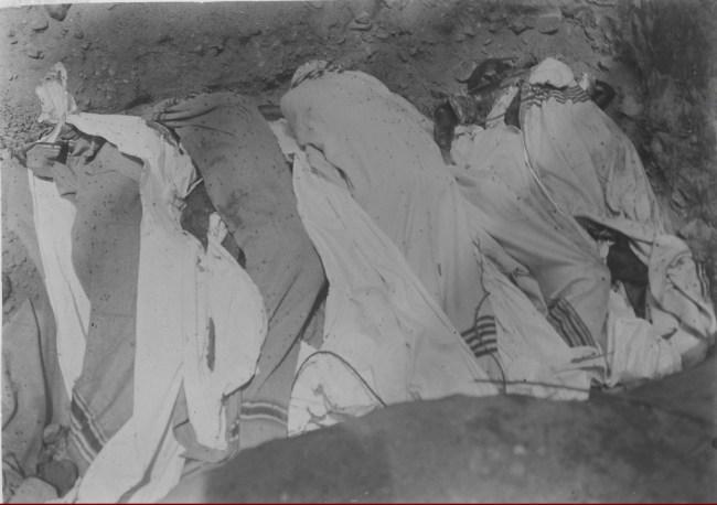 Gambar 3.4 Korban pemberontakan Silungkang, dibunuh pada 2 Januari 1927. Sumber foto: Koleksi online Tropen Museum