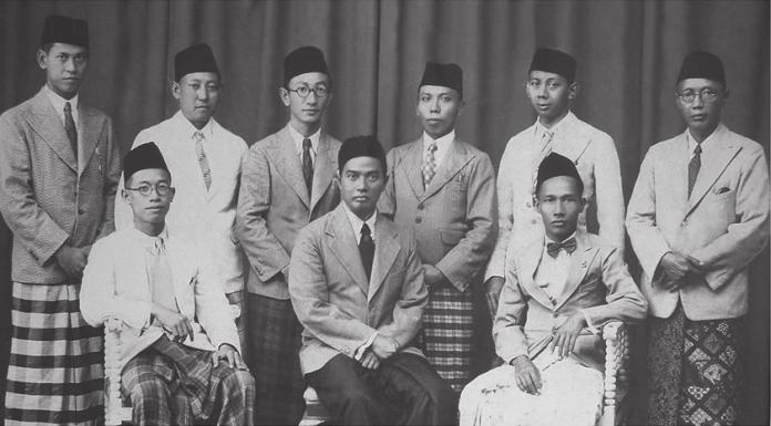 KH Mas Mansur, duduk di tengah. Sumber foto: pwmu.co