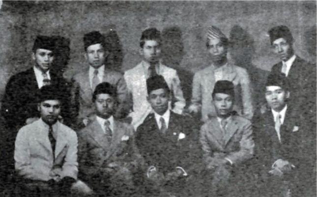 A. Kahar Muzakkir (duduk, kedua dari kiri). Sumber foto: Diplomasi Revolusi di Luar Negeri.