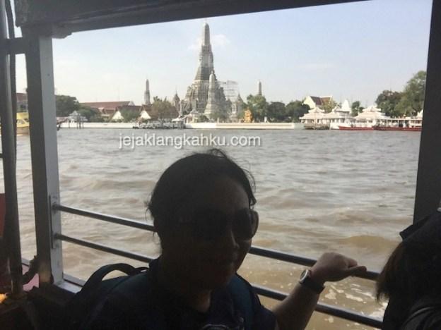 Transportasi Kapal Ferry Menuju Temple-Temple Menarik di Bangkok, Thailand