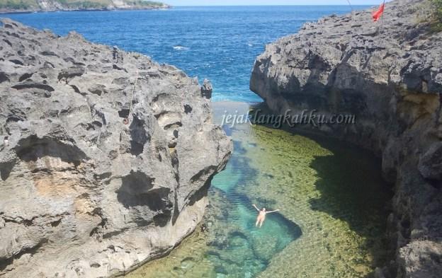 Angel's Billabong, Surga Tersembunyi di Balik Bebatuan Pantai Nusa Penida Bali
