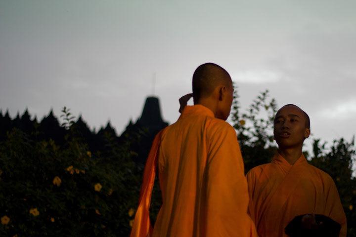 Dua orang biksu muda didepan candi Borobudur