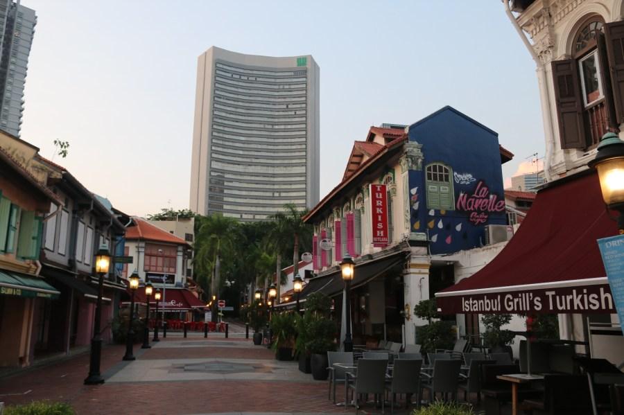 View Bussorah Street dari Sultan Mosque dengan latar  gedung Pencakar Langit modern