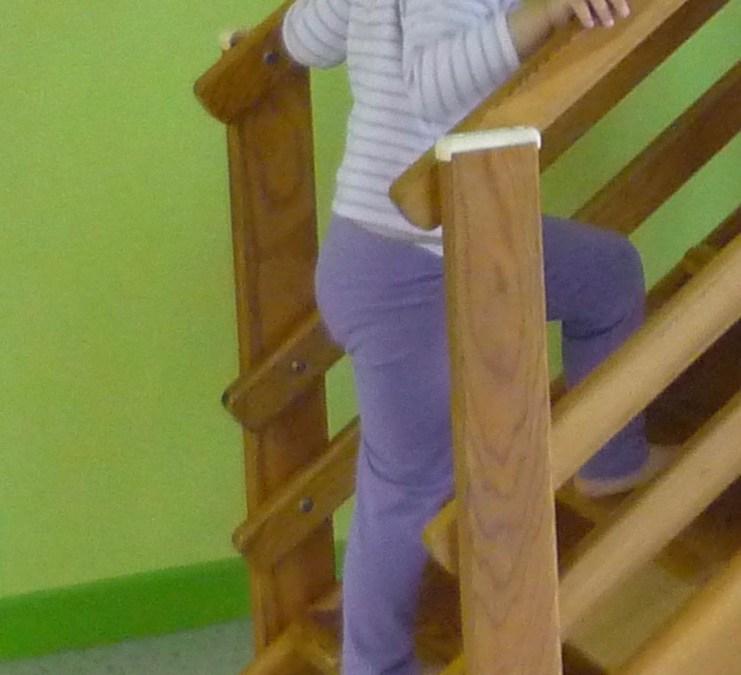 La motricité libre du bébé et ses étapes découvertes par l'enfant, étape 19 : monter les escaliers en alternant les pieds