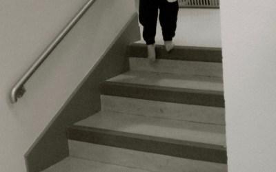 La motricité libre du bébé et ses étapes découvertes par l'enfant, étape 20 : monter et descendre les escaliers