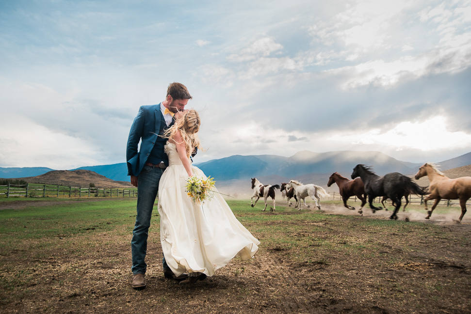 bride-groom-running-horses