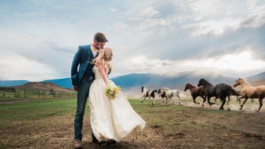 bride-groom-running-horses