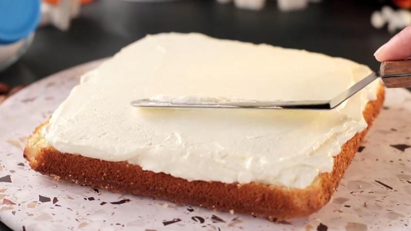 смазанный кремом нижний корж торта