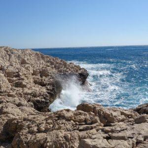 Vague sur rochers