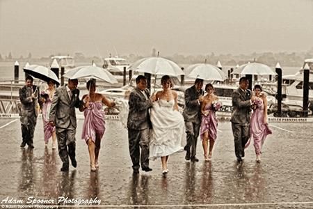 Mariés et invités sous la pluie