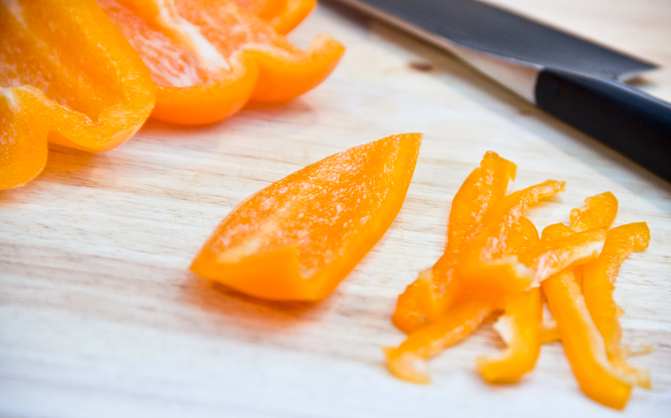 slicing-bell-pepper