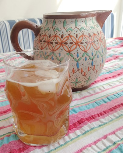 Agua de limón, albahaca y jengibre