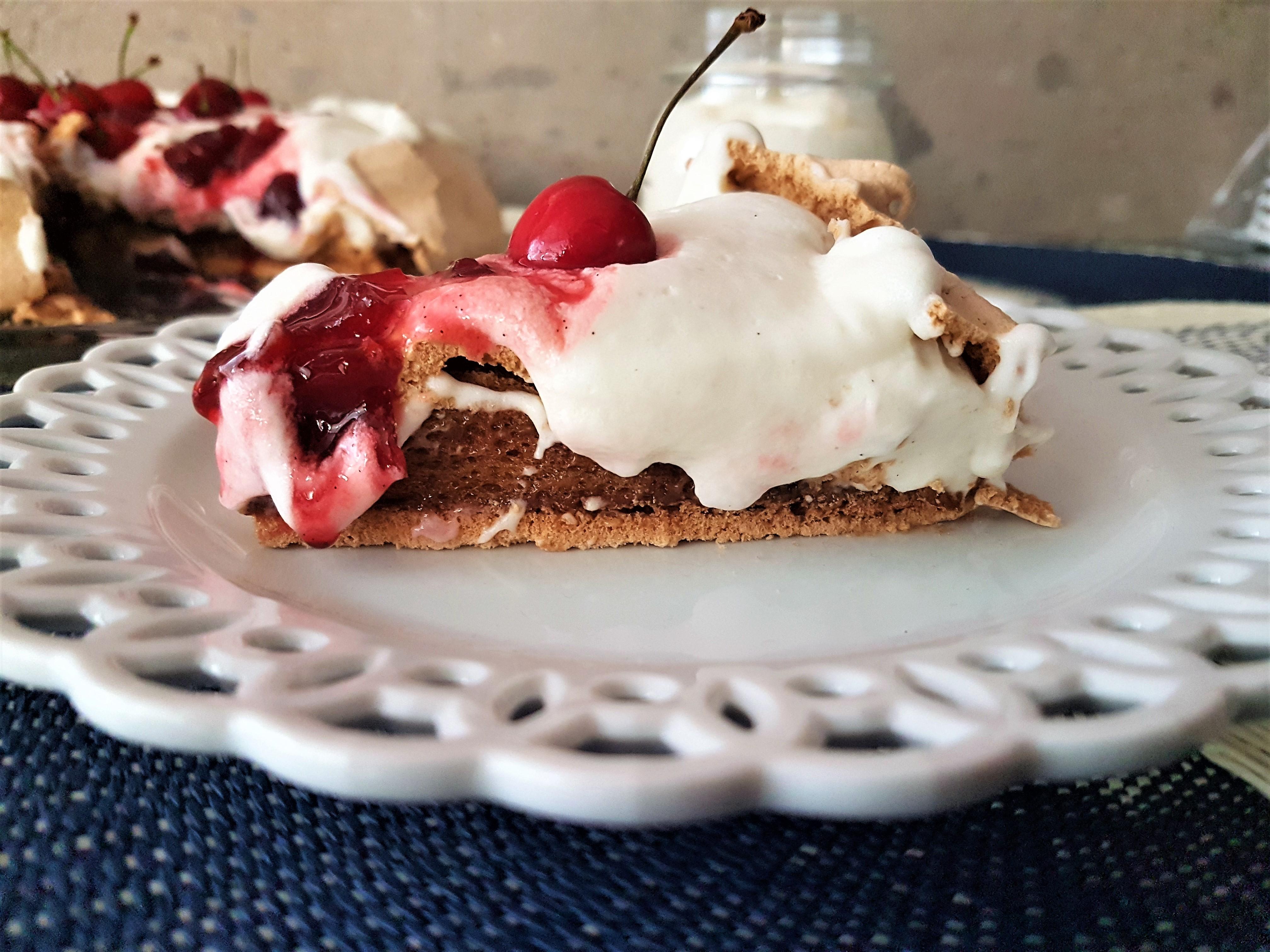 Pavlova de café con crema de mascarpone y compota de cerezas