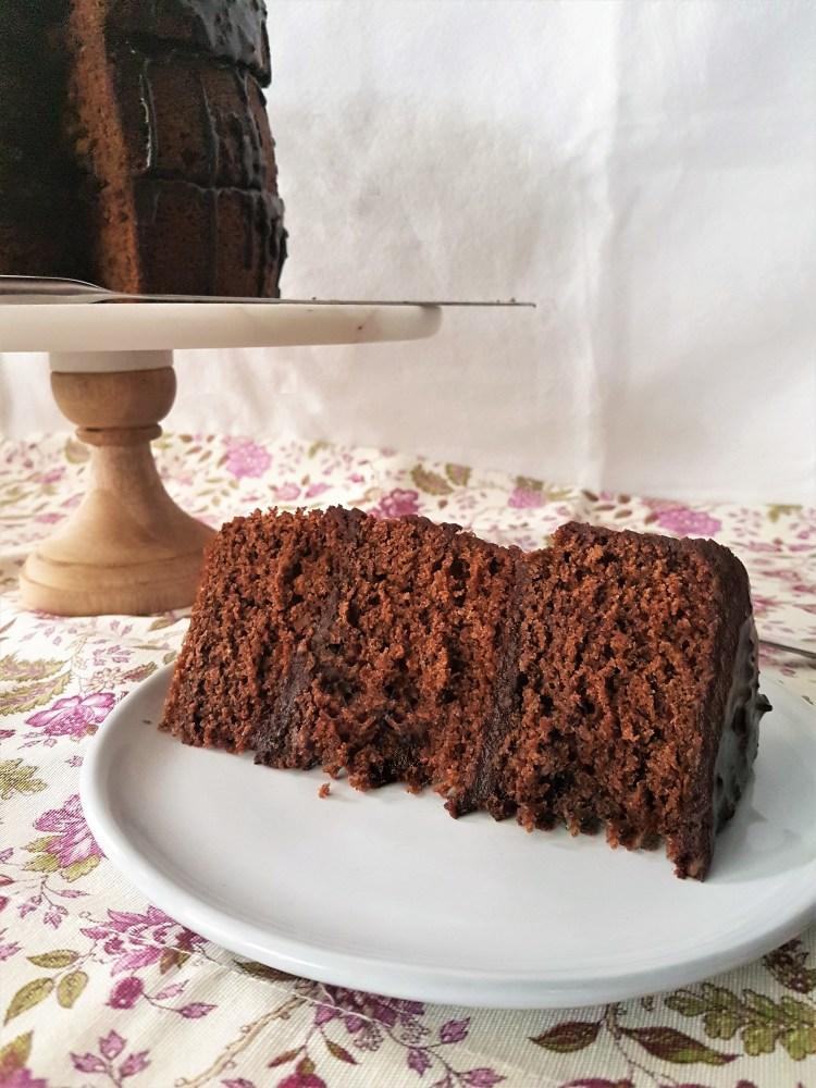 Pastel de chocolate y espresso con glaseado de avellana