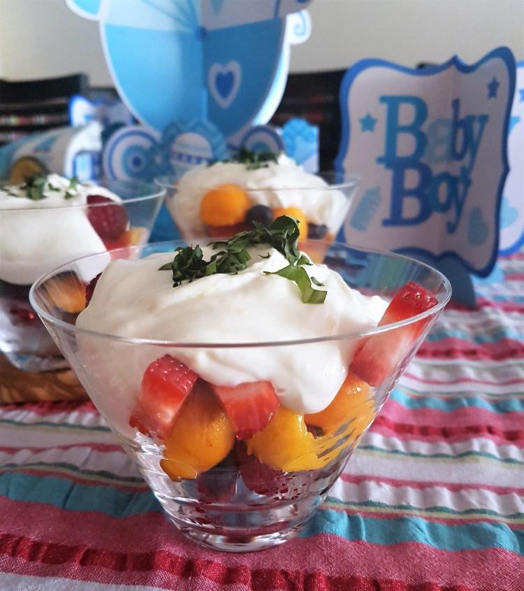 Copa de frutas con crema de yogurt y mascarpone al limón y albahaca (2).jpg