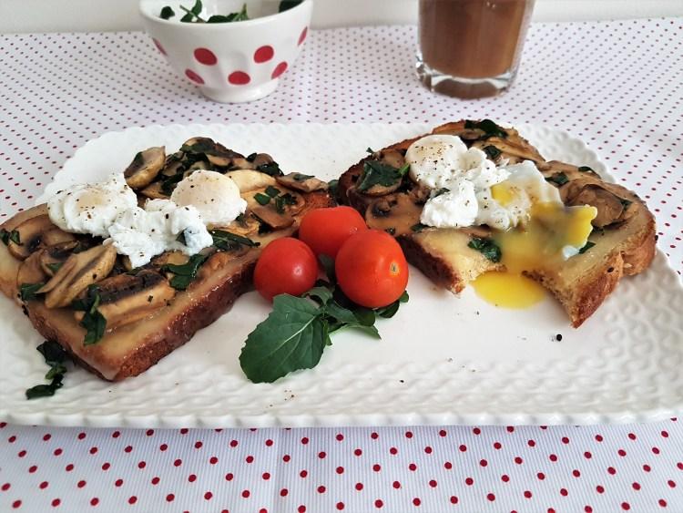 Sándwich abierto con champiñones, fontina y huevos pochados