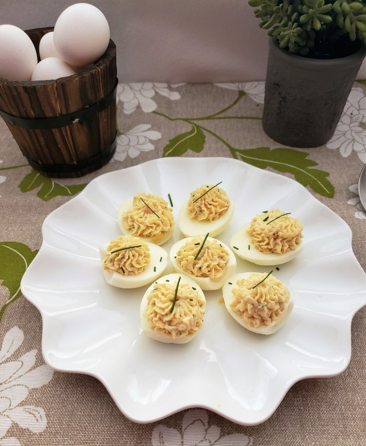 Huevos endiablados con salmón y queso de cabra